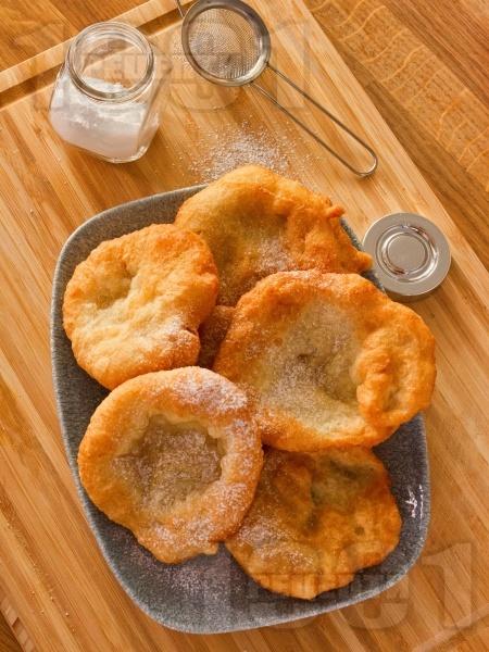 Лесни пухкави улични мекици с брашно, вода и мая - снимка на рецептата